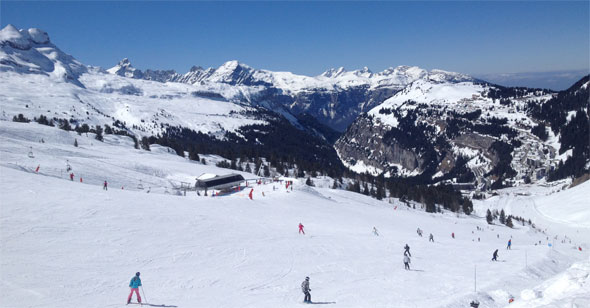 Skiers near Les Carroz
